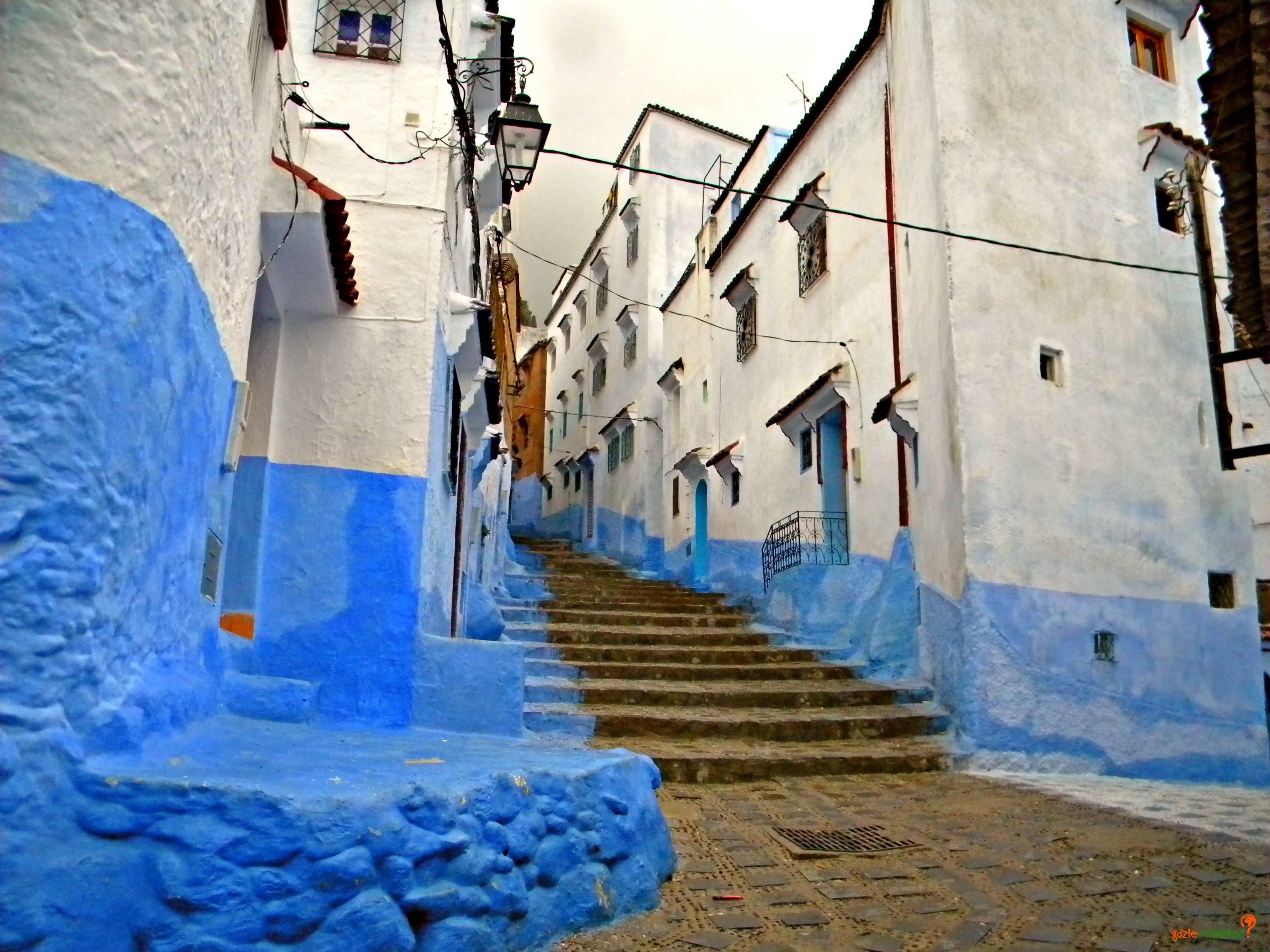Strome niebiesko-białe uliczki wspaniałe miejsce na wakacje i obraz niespotykany w żadnym z innych miast Maroka