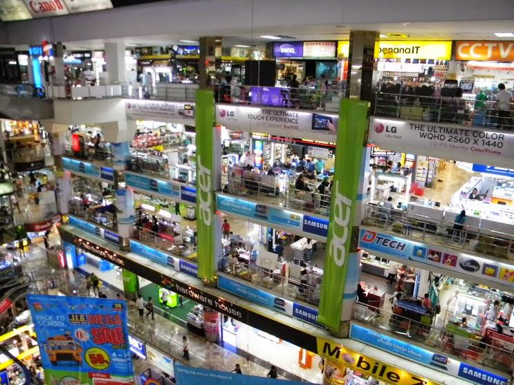 największe centrum elektroniczne w Bangkoku, msza św. i inne buddyjskie świątynie